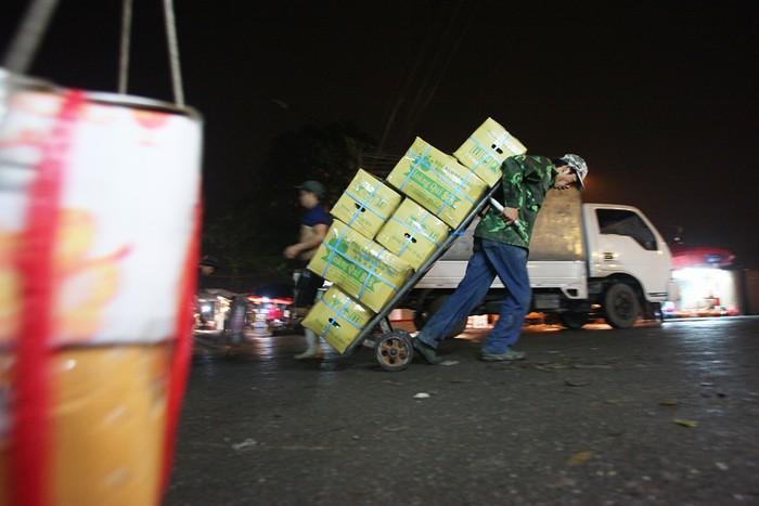 Hàng ngày có hàng nghìn lượt xe thô sơ, xe trọng tải nhỏ chuyên chở hoa quả đi các nơi trong thành phố Hà Nội và một số tỉnh lân cận.