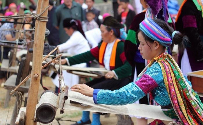 Các cô gái Mông đang trổ tài dệt vải lanh của mình