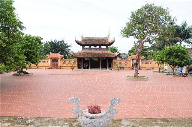 Sân chùa Sùng Nghiêm