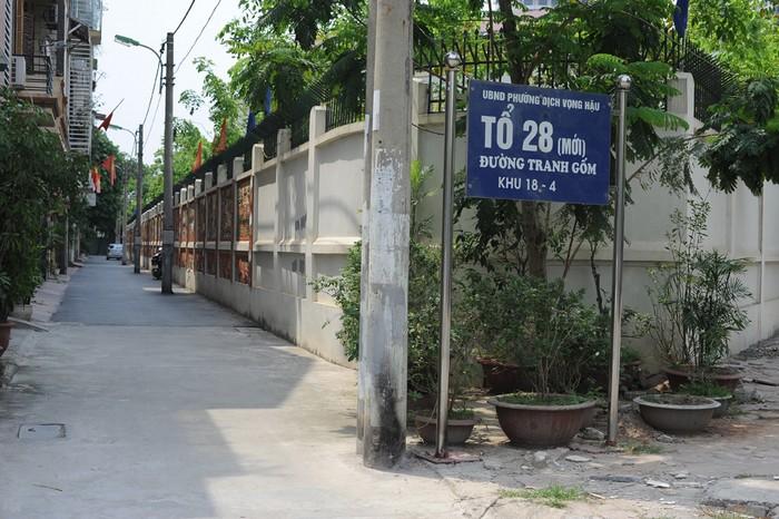 Đoạn đường gốm nằm trong tổ dân phố số 28, ngõ 78 Duy Tân, phường Dịch Vọng Hậu, quận Cầu Giấy, Hà Nội.