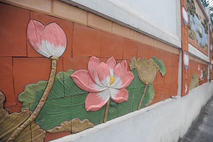 Phần bên dưới của bức tường là các bức nhỏ hình hoa sen.