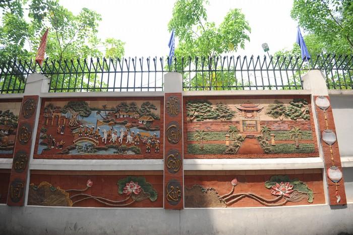 Cả đoạn đường đều trang trí bằng màu chủ đạo là nâu đỏ, nổi bật trên nền tường màu trắng.