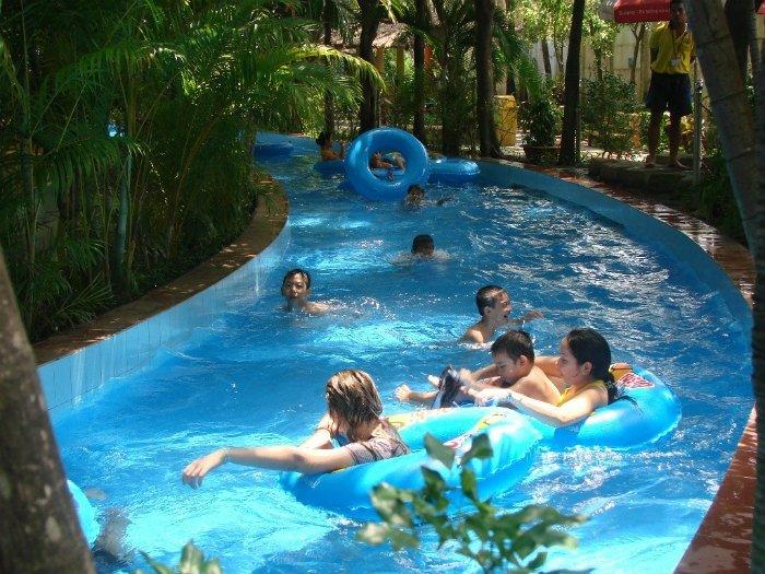 Dòng sông lơ đãng đưa mọi người dạo quanh một góc công viên nước Đầm Sen