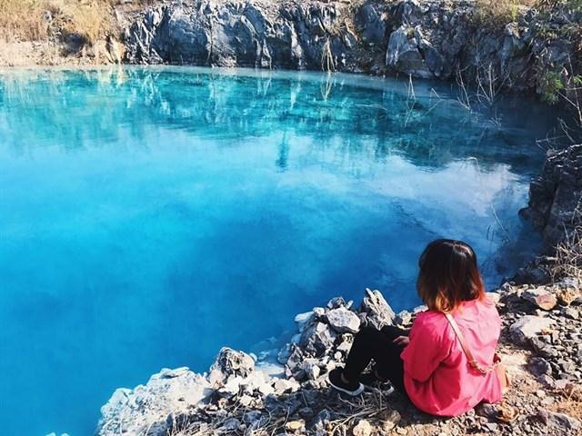 """Nhiều bạn trẻ chọn hồ nước xanh làm """"nền"""" cho những bức hình ưng ý - Ảnh: sưu tầm"""