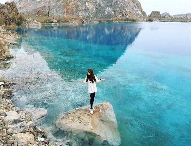 """Hồ nước xanh ngắt, lại trong vắt thấy đáy, địa điểm này còn được ưu ái gọi là """"Cửu trại câu"""" ở Việt Nam - Ảnh: sưu tầm"""