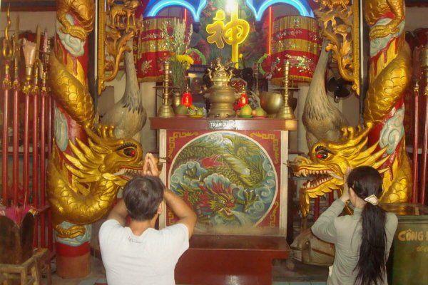 Các khánh thờ chạm khắc công phu tại đình thới sơn an giang