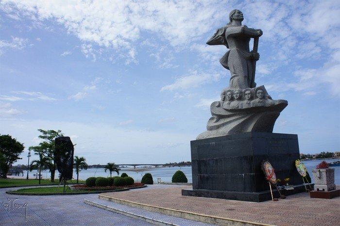 Tượng đài Mẹ Suốt bên dòng sông Nhật Lệ