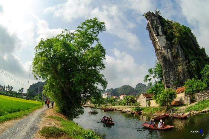 Bối cảnh được chọn gồm một thung lũng rộng 2 ha bên trong quần thể danh thắng Tràng An (giữa Tam Cốc - Bích Động và khu bến thuyền Tràng An).