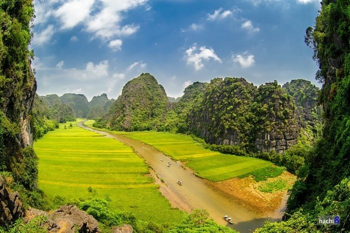 Quần thể danh thắng Tràng An là một địa danh du lịch tổng hợp gồm các di sản văn hóa và thiên nhiên được UNESCO công nhận là di sản thế giới hỗn hợp đầu tiên của Việt Nam năm 2014