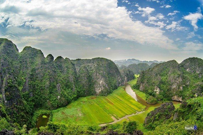 Tam Cốc - Bích Động, còn được biết đến với những cái tên nổi tiếng như vịnh Hạ Long trên cạn hay Nam thiên đệ nhị động là một khu du lịch trọng điểm quốc gia Việt Nam.