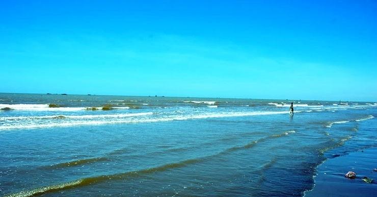Biển Hải Thịnh nổi tiếng với dải cát mịn, nước trong xanh