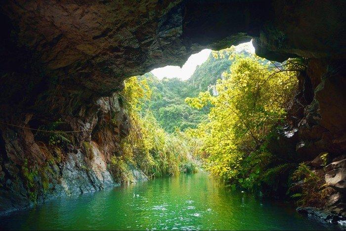 Thám hiểm các hang động lớn bé ở Tràng An