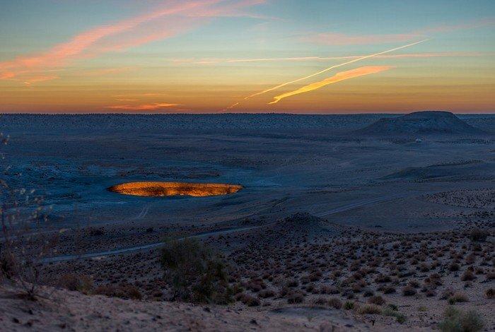 Miệng hố tử thần giữa sa mạc rộng lớn