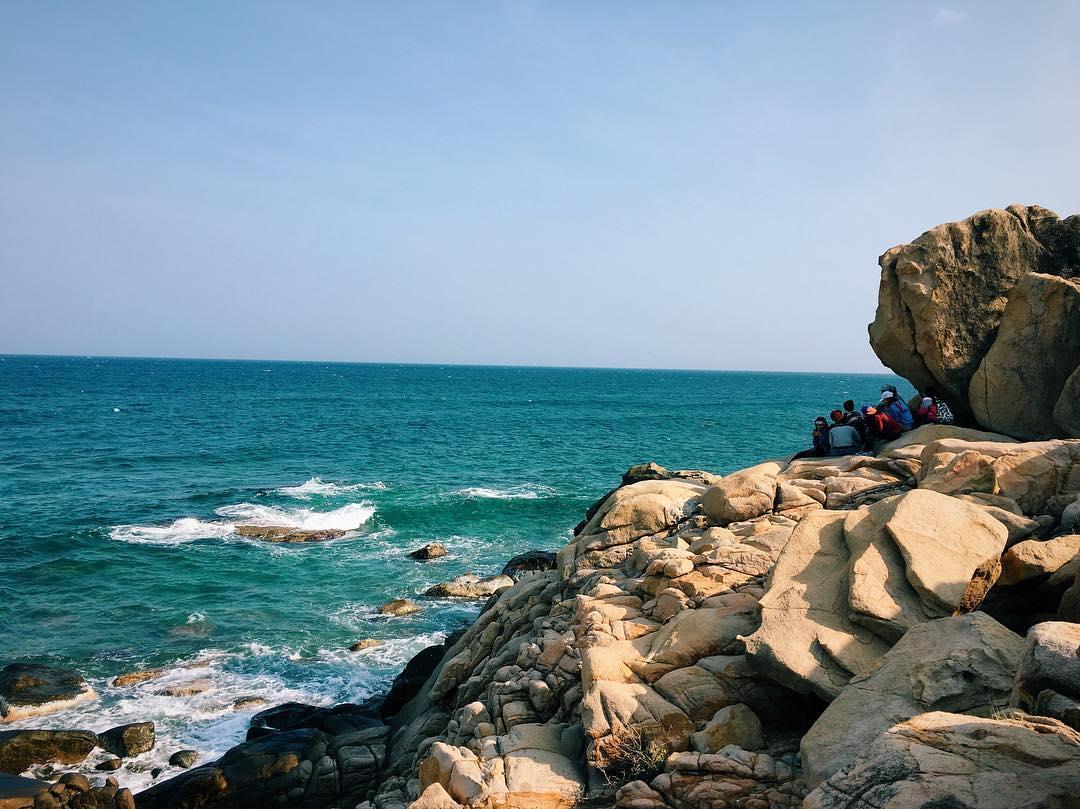 Sóng xô bờ trắng xóa, rặng đá nhấp nhô hướng ra biển vồ về những con sóng bạc đầu - Ảnh: sưu tầm