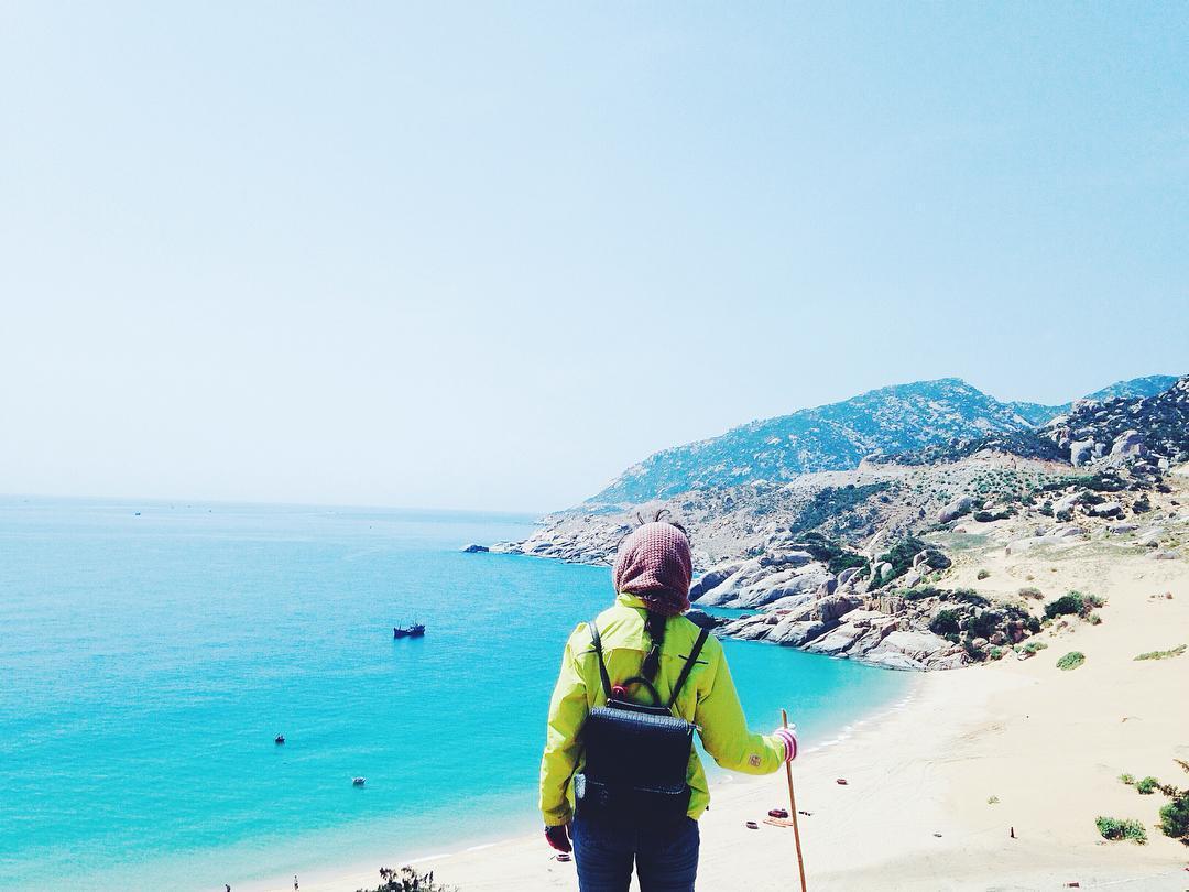 Phóng tầm mắt từ Mũi Dinh, ta sẽ được thưởng ngoạn toàn bộ bờ biển với núi non hùng vĩ, tựa như một bức tranh nên thơ - Ảnh: eoenneoe