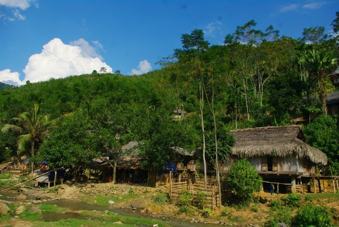 Người Thái Thanh Hóa có tục làm nhà sàn quần cư bên sông suối từ bao đời nay.