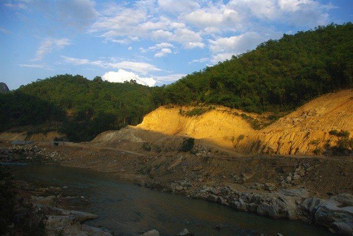 Con đường từ trung tâm huyện Quan Sơn đến bản Bàng đi qua những khu rừng luồng ken dày.