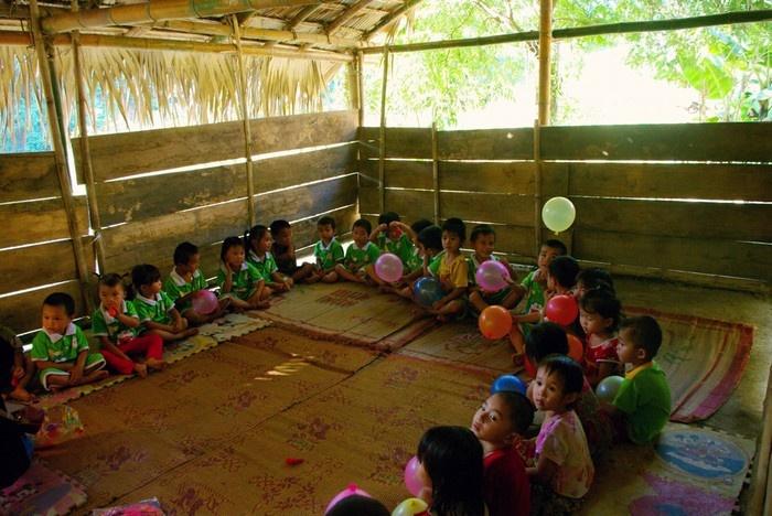 Trong một lớp học được lắp ghép tạm bằng gỗ, tre, nứa của trẻ em bản Bàng.