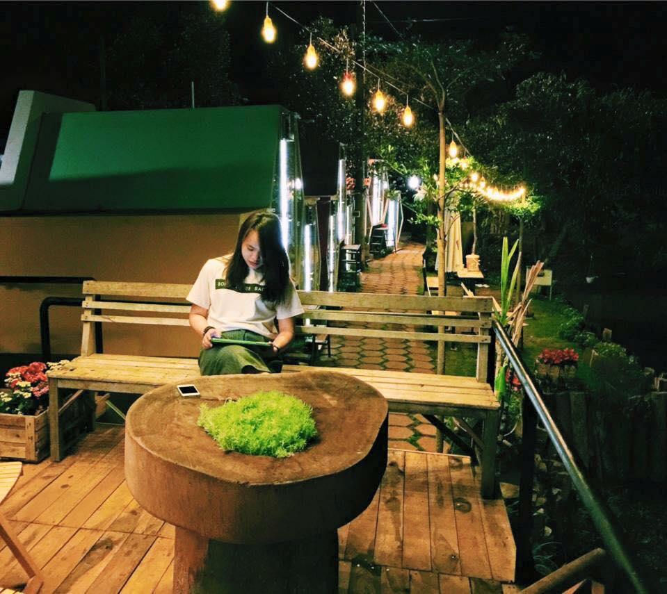 Thư thái ngồi nghỉ trong không gian xanh mát - Ảnh: Bmt47.com