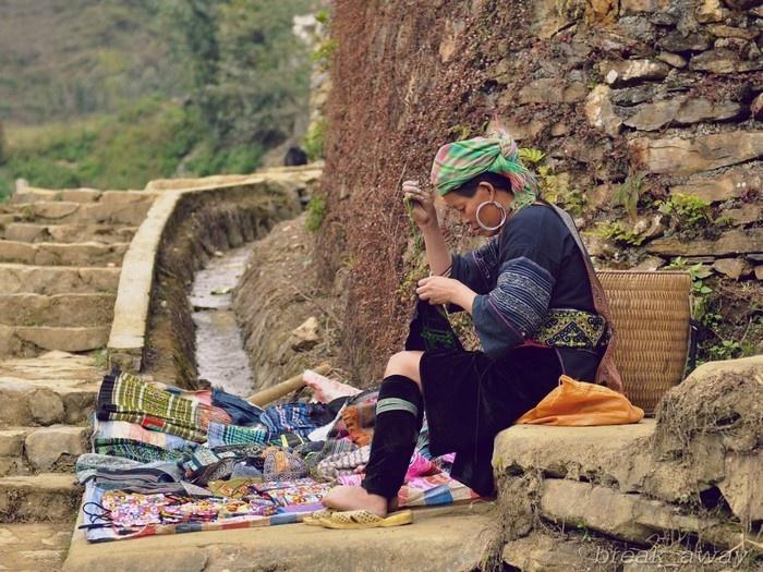 Người phụ nữ Mông ở Sapa đang miệt mài làm nên những tấm vải thổ cẩm