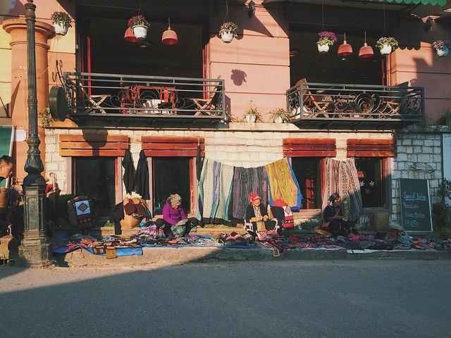 Những gian hàng Sapa đầy màu sắc thổ cẩm