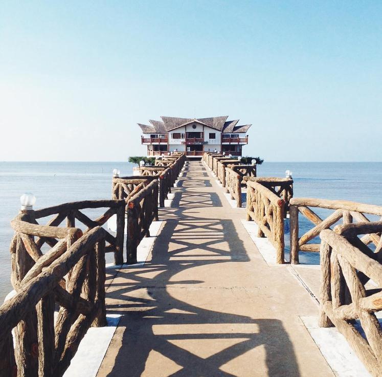 Cây cầu hướng biển của khu du lịch Hòn Ngọc Phương Nam - Ảnh: huongtra_