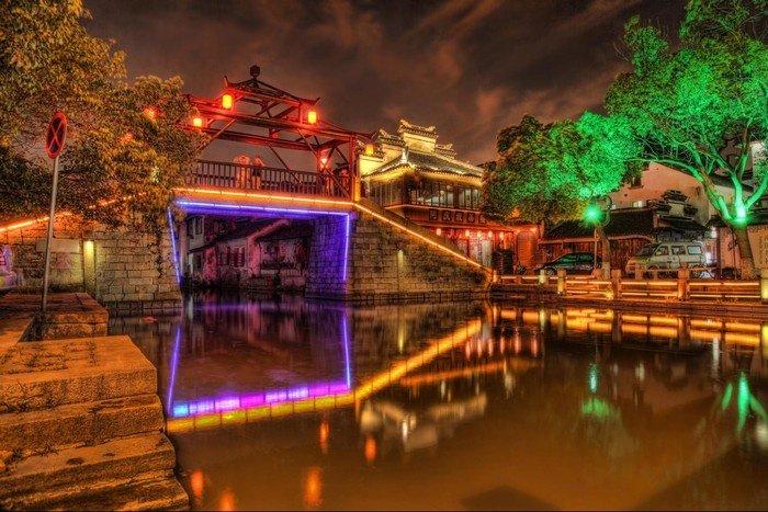 Ở đó cũng có những chiếc cầu đá bắc ngang kênh đào khiến ta nhớ tới Chùa Cầu ở Hội An