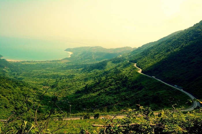 Đèo Hải Vân như tấm lụa vắt ngang sườn núi