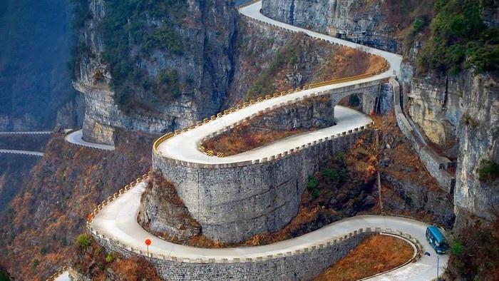 Những khúc cua đầy cảm giác mạnh trên đường lên Thiên Môn sơn