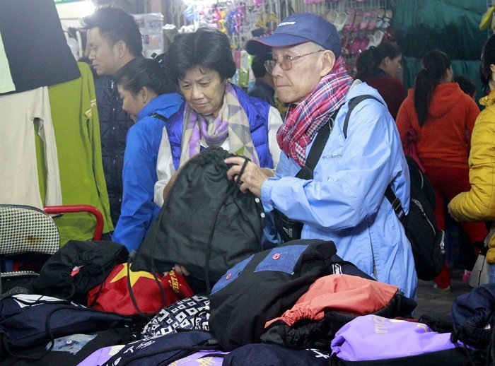 Nếu muốn mua những món đồ du lịch như chiếc túi rút tiện lợi này, chợ đêm Hà Nội cũng là một địa chỉ gợi ý.