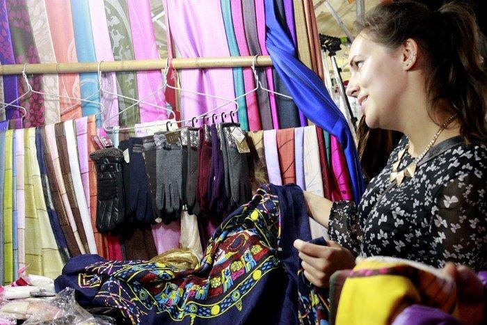 Những chiếc khăn lụa mềm mại nhanh chóng hấp dẫn các du khách nữ vì sắc màu nhẹ nhàng, đặc biệt khi tiết trời Hà Nội đang vào đông.
