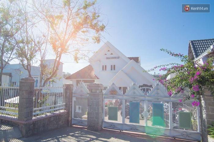 Căn biệt thự màu trắng này chính là Là Nhà Homestay hiện đang nổi tiếng khắp Đà Lạt.