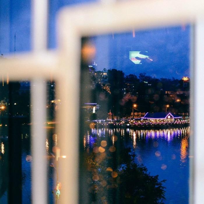 Xuân Hương về tối qua khung cửa sổ