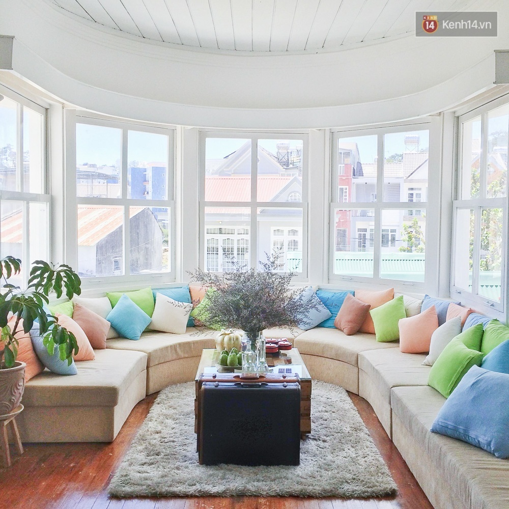 Phòng khách rộng, sáng choang và đủ màu sắc.