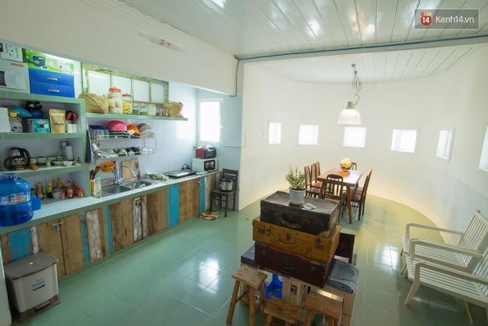 Là homestay nên bạn có thể sử dụng nhà bếp và nhiều góc sinh hoạt chung khác một cách tự do và thoải mái. Bạn cũng có thể tự mang đồ ăn đến để chế biến cho tiết kiệm chi phí.