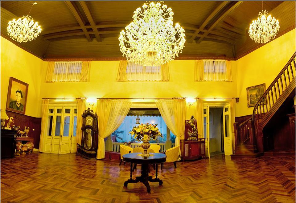 Kiến trúc pháp đậm chất cổ điển, nội thất trong nhà được bài trí mang hơi hướng triều đại xưa - Ảnh: sưu tầm