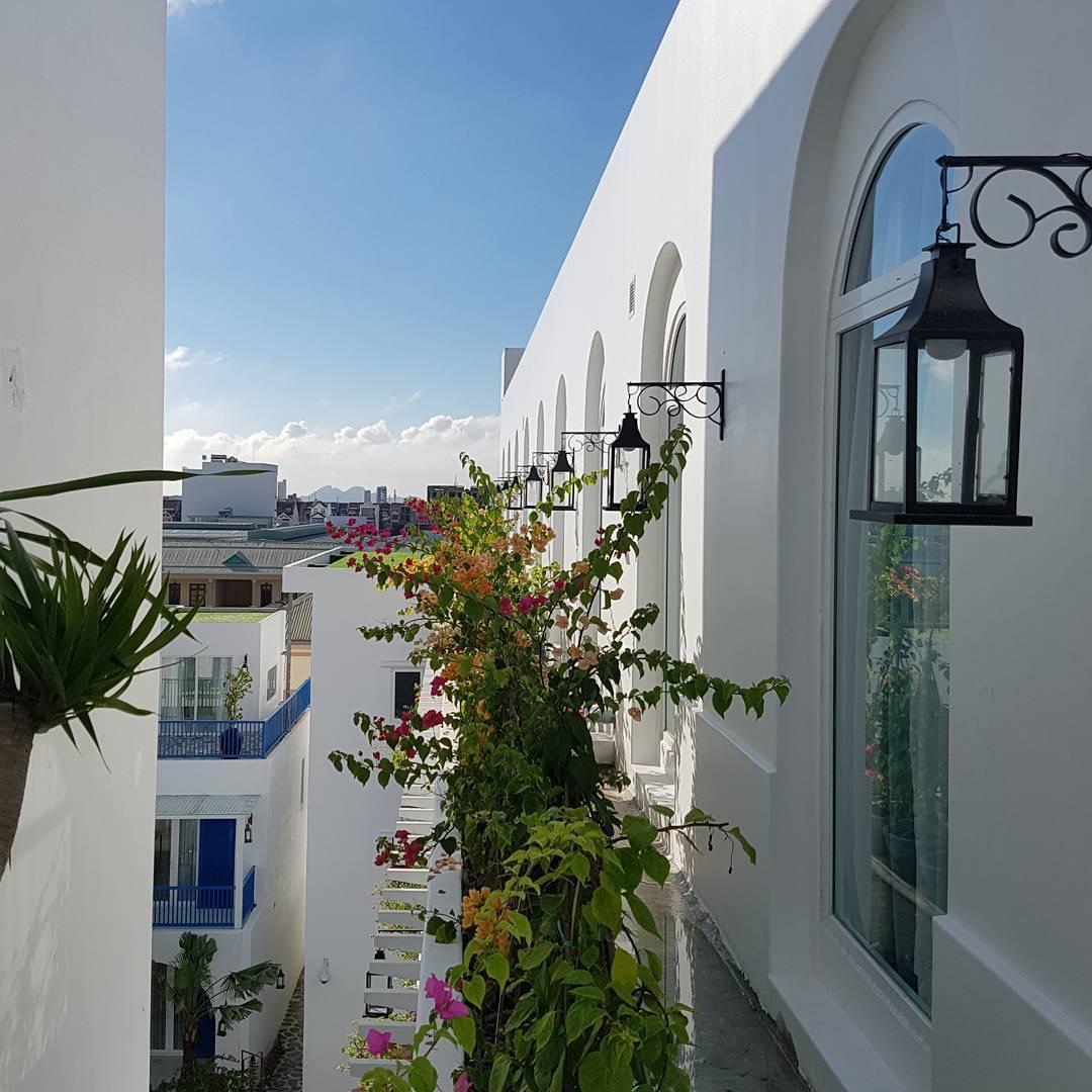 Tựa một góc tường tại Santorini - Ảnh: iseeshare