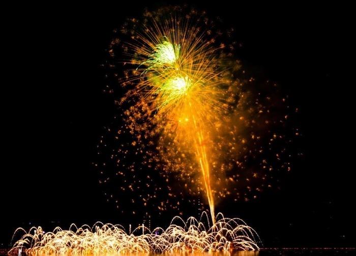 Từ khán đài bạn sẽ có góc nhìn đẹp nhất để chiêm ngưỡng pháo hoa