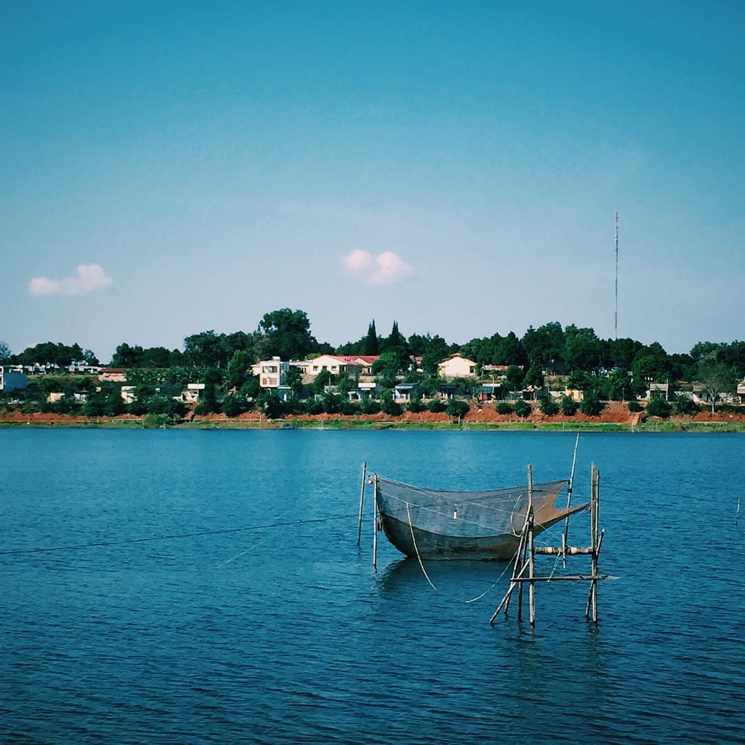 Hồ Tây yên ả giữa lòng thị trấn - Ảnh: @kduy.tran
