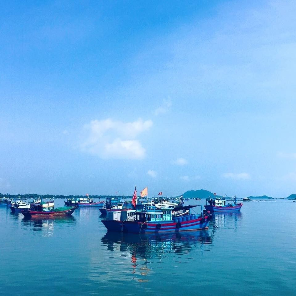 Đảo Điệp Sơn thấp thoáng phía xa xa qua nhìn từ cảng Vạn Giã