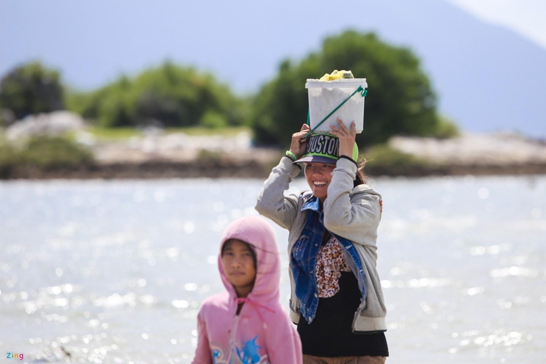 Dạo quanh thôn đảo Điệp Sơn bạn sẽ dễ dàng bắt gặp những nụ cười rạng rỡ