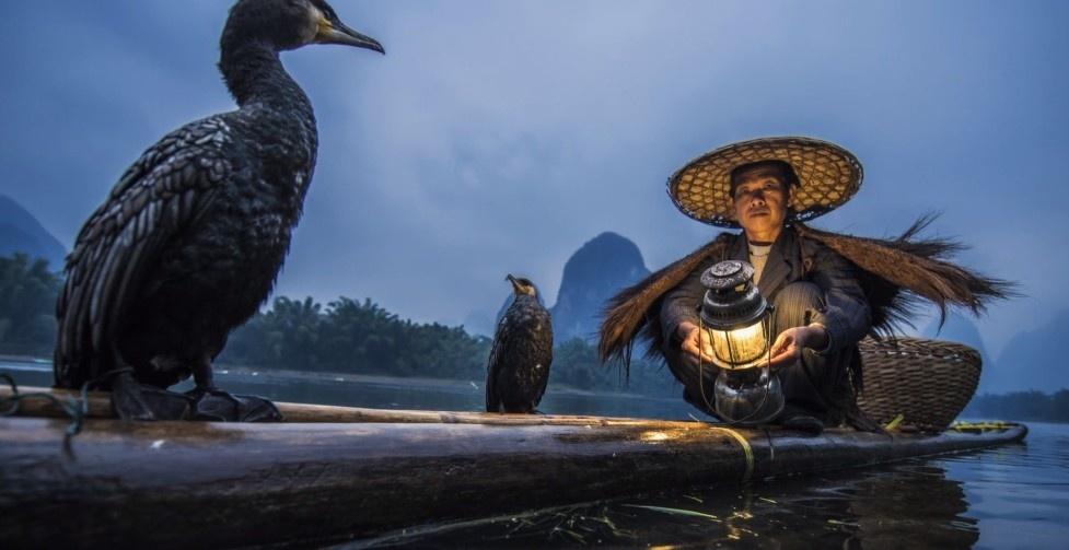 Người dân đánh cá ở làng Hưng Bình