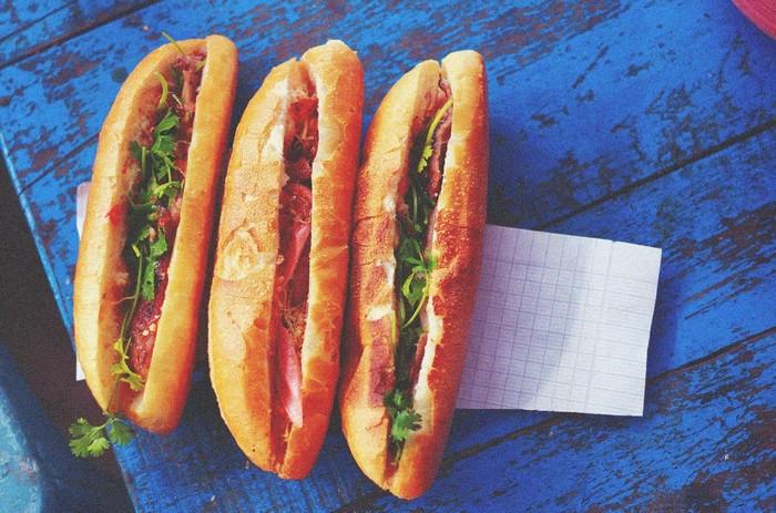 Bánh mì là món ăn đường phố của Việt Nam rất được ưa chuộng
