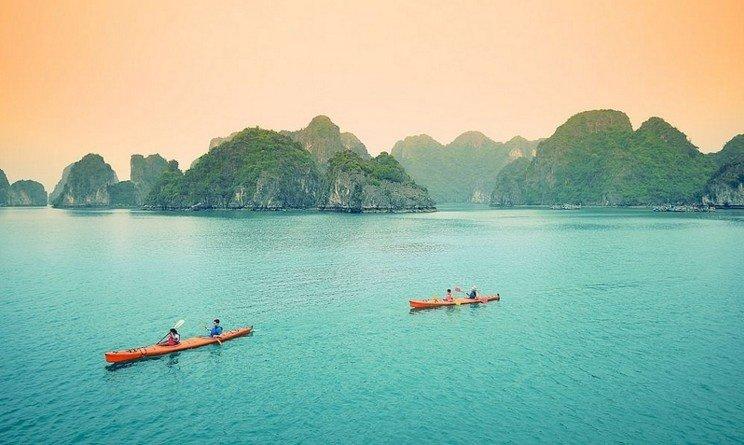 Chèo thuyền trên dòng tiên cảnh Vịnh Hạ Long