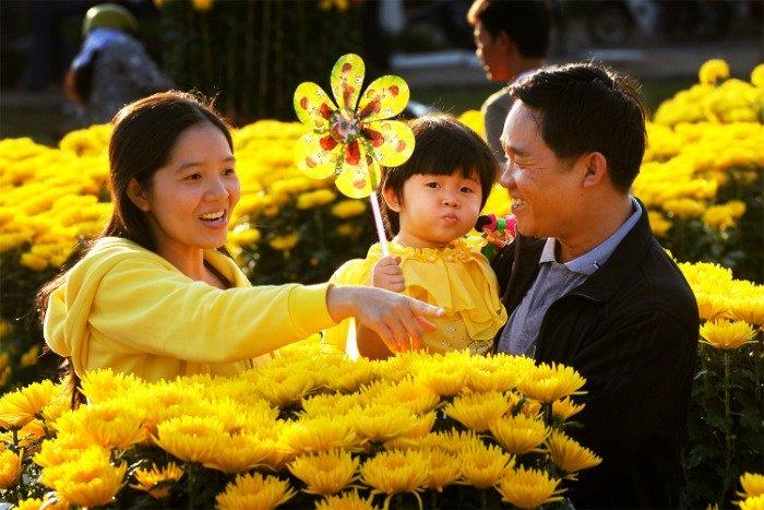 Gia đình cùng nhau dạo phố dưới đường hoa
