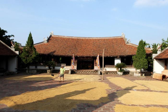 Sân đình Mông Phụ là nơi để phơi các nông sản trong những ngày nắng ráo.