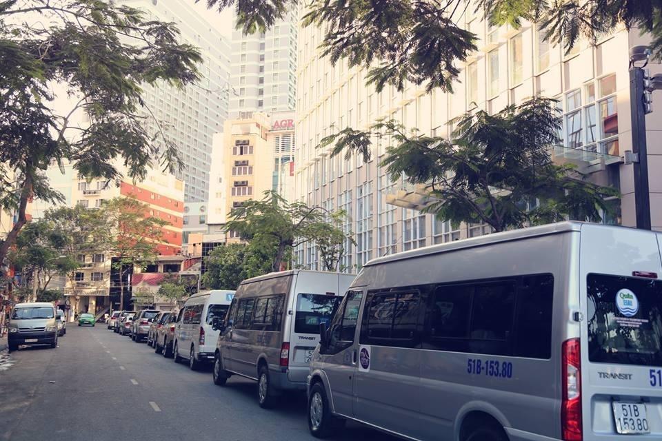 Đường Phan Văn Đạt dài 103 m nằm ngay góc công trường Mê Linh, và chân tòa tháp.