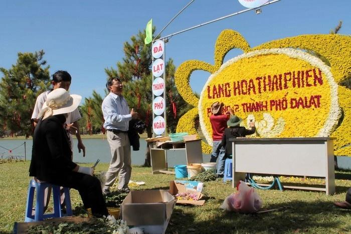 Những nghệ nhân làng hoa đang hoàn thiện công đoạn cuối cùng trước giờ khai mạc cho các tiểu cảnh quanh hồ Xuân Hương.