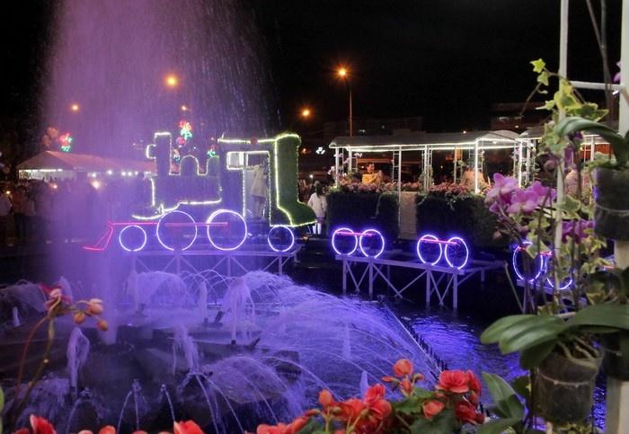 Toàn tàu xe lửa được gắn bằng hoa lung linh trong đêm tại bùng binh trung tâm trước chợ Đà Lạt.