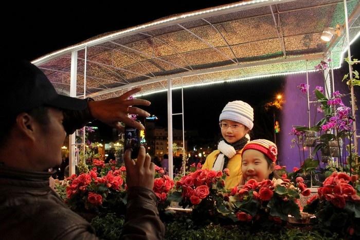 Gia đình nhỏ lưu lại khoảnh khắc bên một toa tàu hoa Đà Lạt